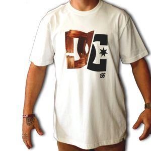 2087110125067_Camiseta_DC_Shoes_Pastrana_Wood_Branco